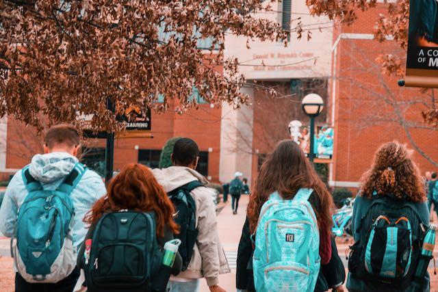 Como los estudiantes internacionales contribuyen a la economia estadounidense