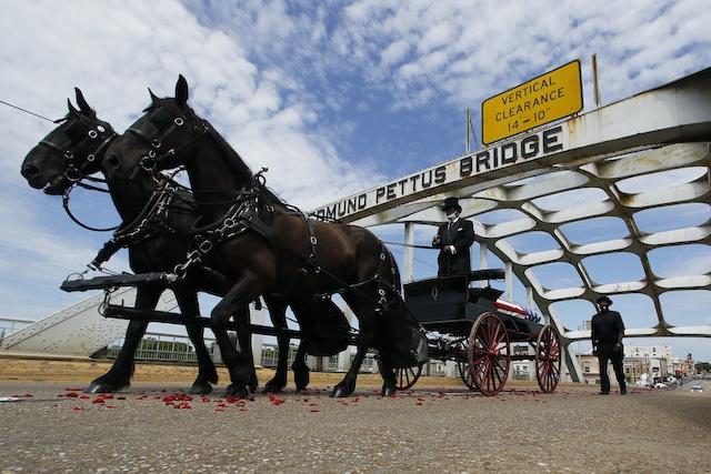 El senador John Lewis cruza el puente Edmund Pettus por última vez