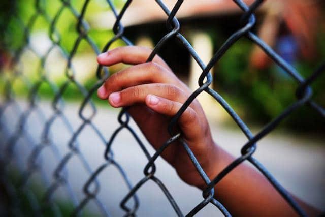 Juez ordena que gobierno debe liberar a los ninos de los centros de detencion migratoria
