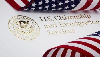 Hay más de medio millón de solicitudes de ciudadanía (naturalización) en USCIS