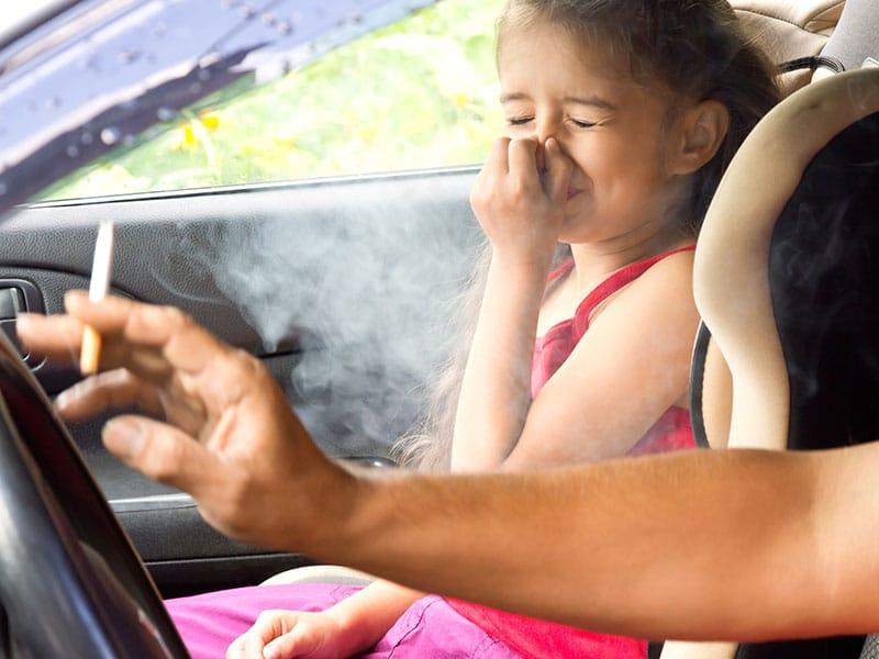 vive-cerca-de-una-persona-que-fuma-los-peligros-del-tabaquismo-pasivo