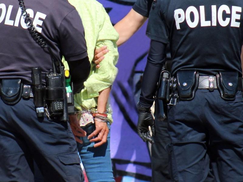 Muere latino que fue inmovilizado sobre asfalto caliente por policías