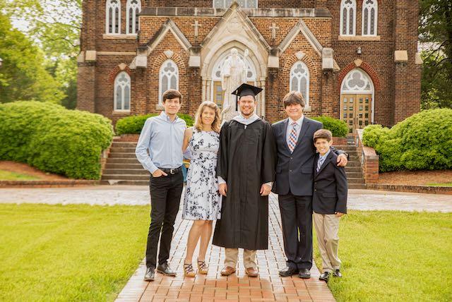 Santiago Pastor se gradúa de Belmont Abbey College