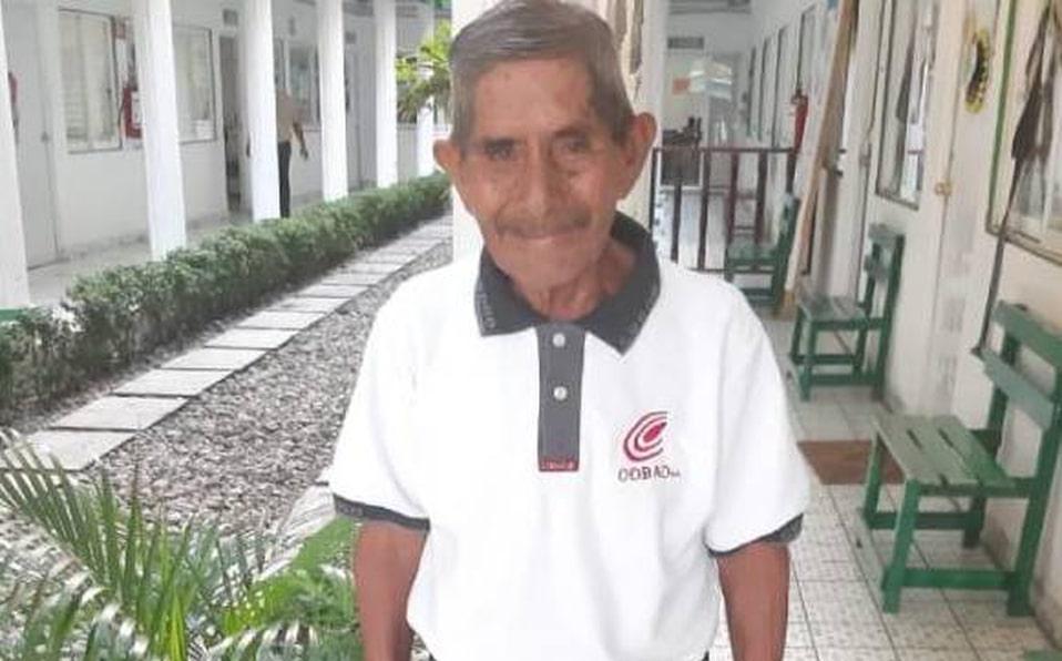 Abuelito de 80 años termina preparatoria
