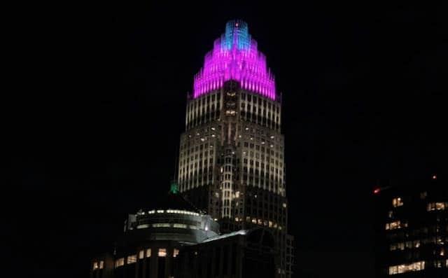 Uptown Charlotte se iluminó en honor a los hispanos y para celebrar el inicio del Mes de la Herencia Hispana