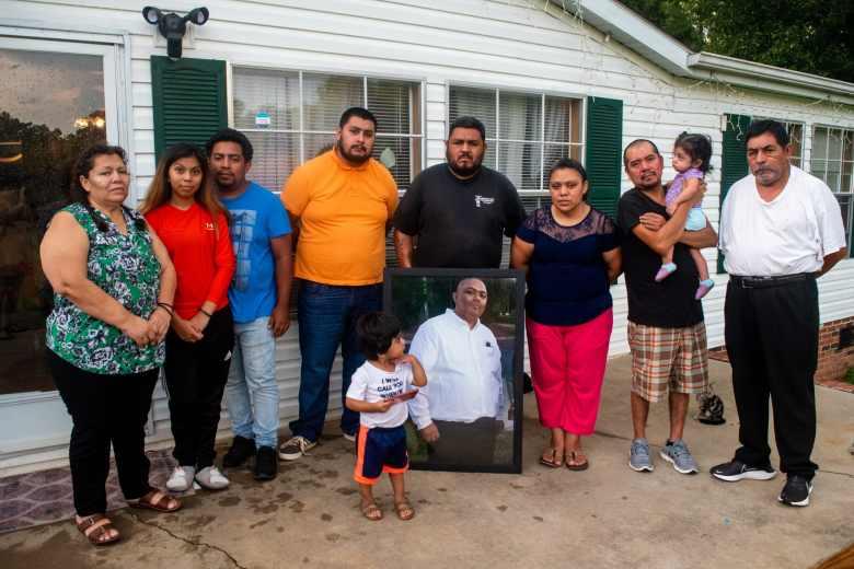 La familia Chagoyán con retrato de Juan