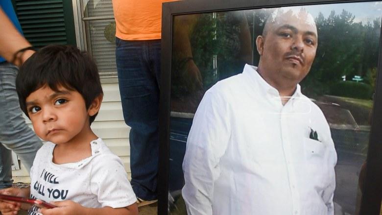 Sobrino de Juan Chagoyán junto a retrato de su tío