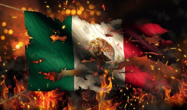 Condenan actos de racismo contra familia que subió bandera de México