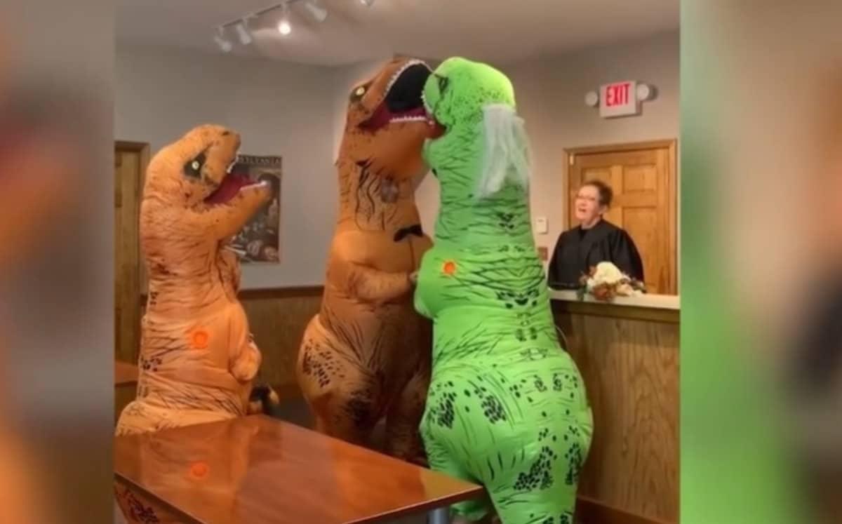 Pareja se casa con disfraces de dinosaurios, su video ya es viral