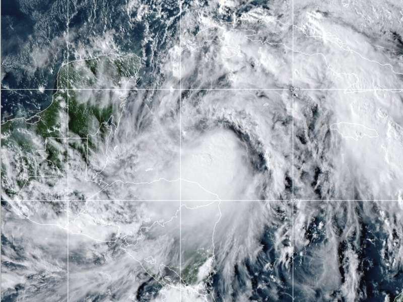 Huracán Zeta toca tierra en la península de Yucatán