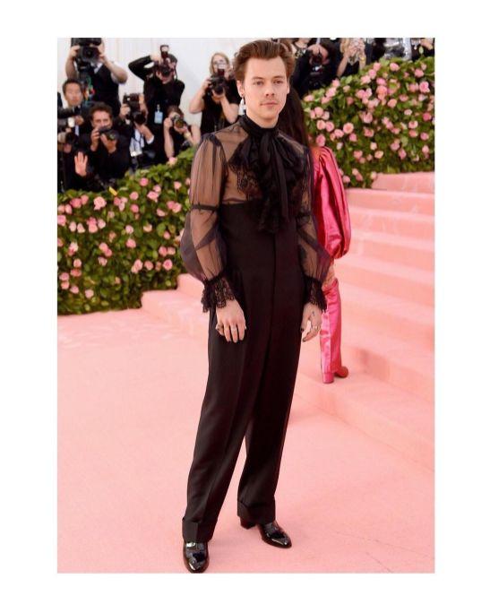 Styles opta por prendas que tradicionalmente se consdieran femeninas y las redefine para dejar en claro que las prendas no tienen género.