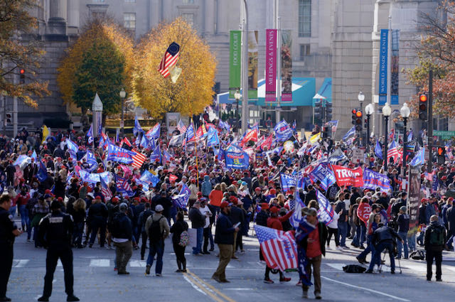 Miles de que apoyan a Trump se reúnen en Washington