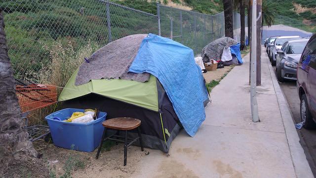 Los propietarios demandan a la ciudad de Charlotte para limpiar los campamentos de personas sin hogar