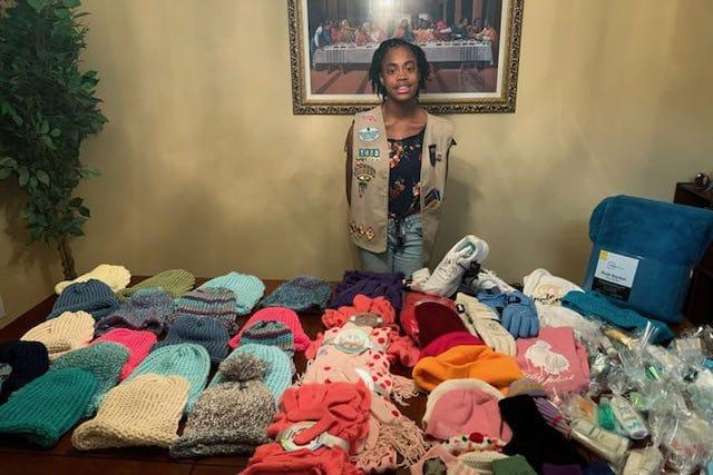 Fayetteville Girl Scout recibe premio por donar ropa a personas sin hogar