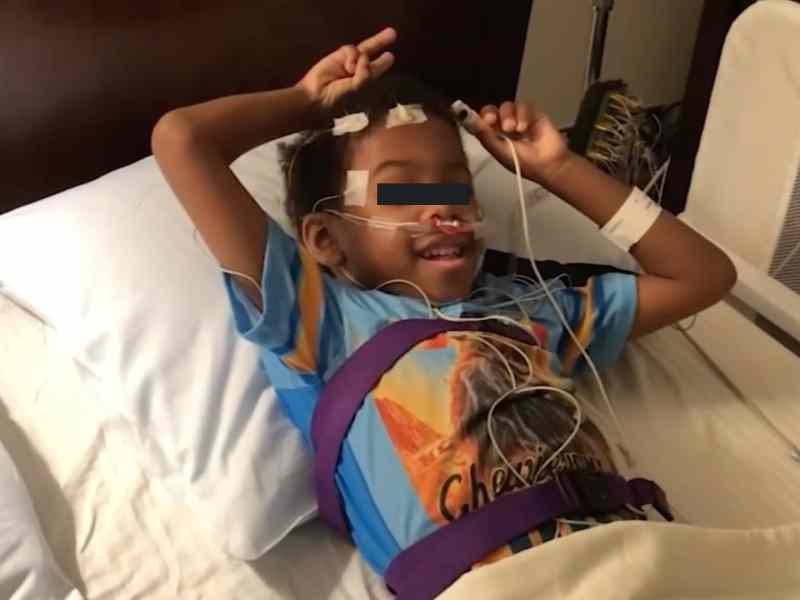 Niño recibirá transplante de su hermano en Navidad
