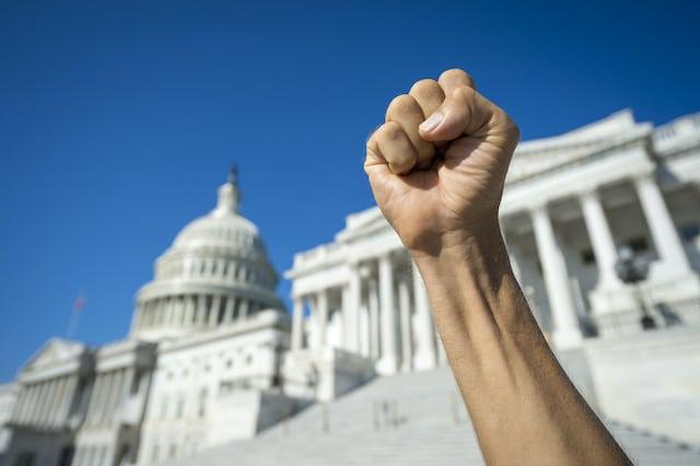 Urgente: Cierre de emergencia en el Congreso de Estados Unidos tras violentas protestas