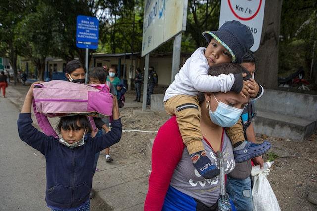 Gobierno de Biden advierte a migrantes centroamericanos: No lleguen a la frontera