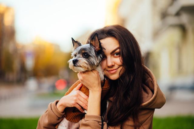 Abrazar a tu perro tiene efectos positivos para tu salud