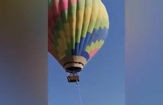 Dos hombres quedan colgados de un globo aerostático