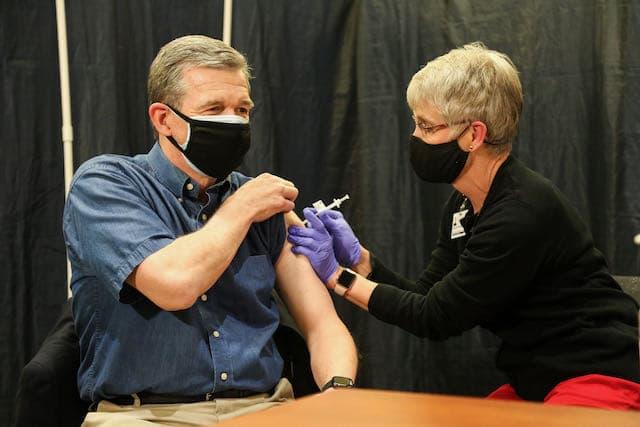 El gobernador Roy Cooper recibe la vacuna contra el COVID-19