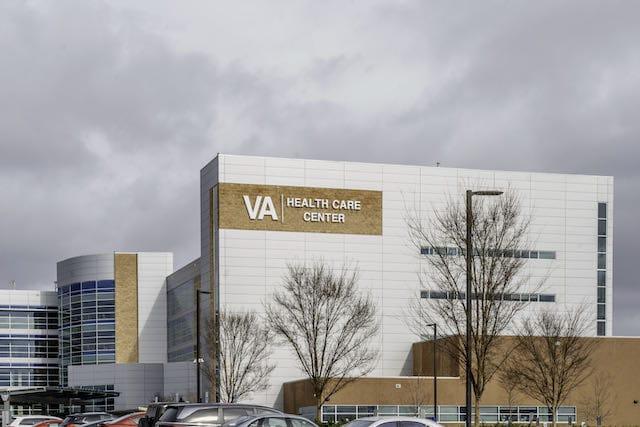 Ofrecen vacunas contra el COVID-19 para veteranos y sus parejas