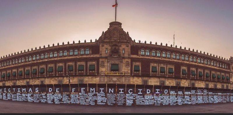 Mujeres convierten valla metálica en homenaje a víctimas del feminicidio en México