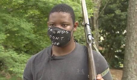 Llaman a la policía por adolescente que practicaba marcha militar con rifle