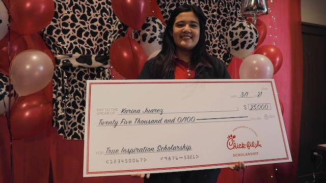 Estudiante latina de Greensboro recibe beca de $25,000 por Chick-Fil-A