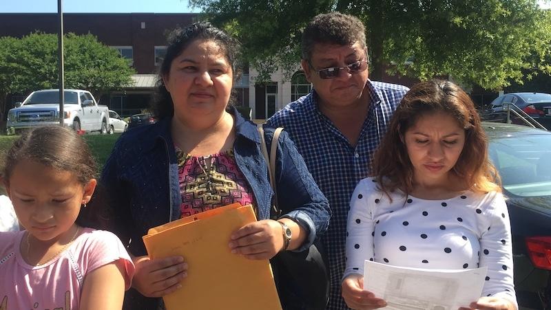 No deportarán a madre latina que estuvo 4 años en santuario