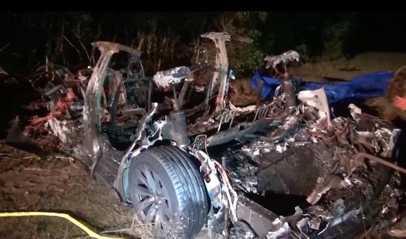 Tesla: Estalla en llamas auto no tripulado, dos muertos