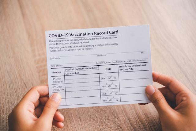 ¿Cómo cuidar su tarjeta de vacunación de COVID-19?