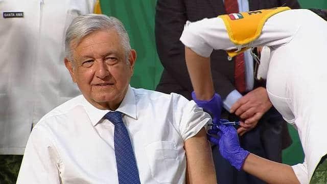 AMLO, presidente de México, se aplica vacuna de AstraZeneca