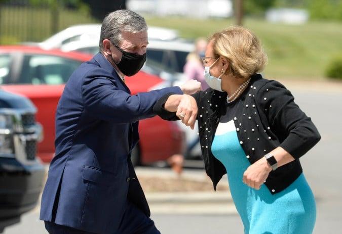 Gobernador Roy Cooper visita sitio de vacunas en Mecklenburg