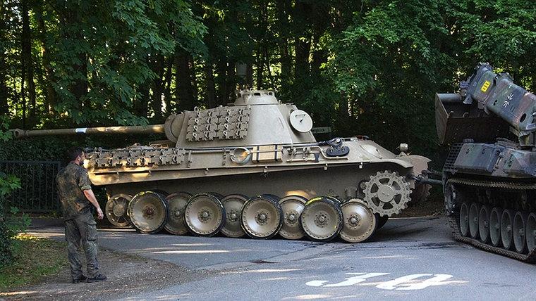Hombre-enjuiciado-tanque-Nazi