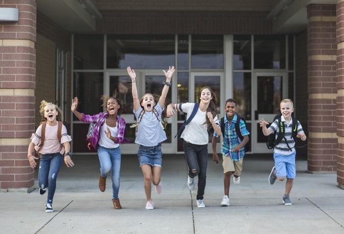 Los estudiantes no tienen que usar mascarillas cuando están afuera durante la escuela