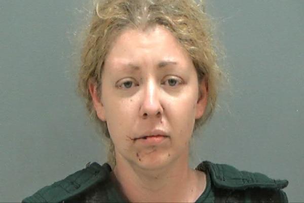 Mujer es detenida antes de que arrastrara a dos niños a un estanque