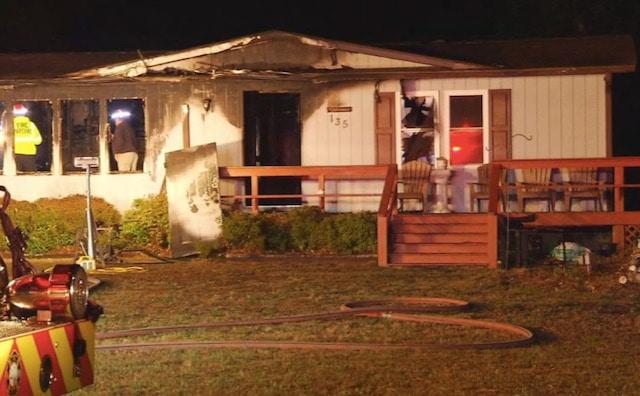 Mujer escapa de incendio que destruyó su casa completamente