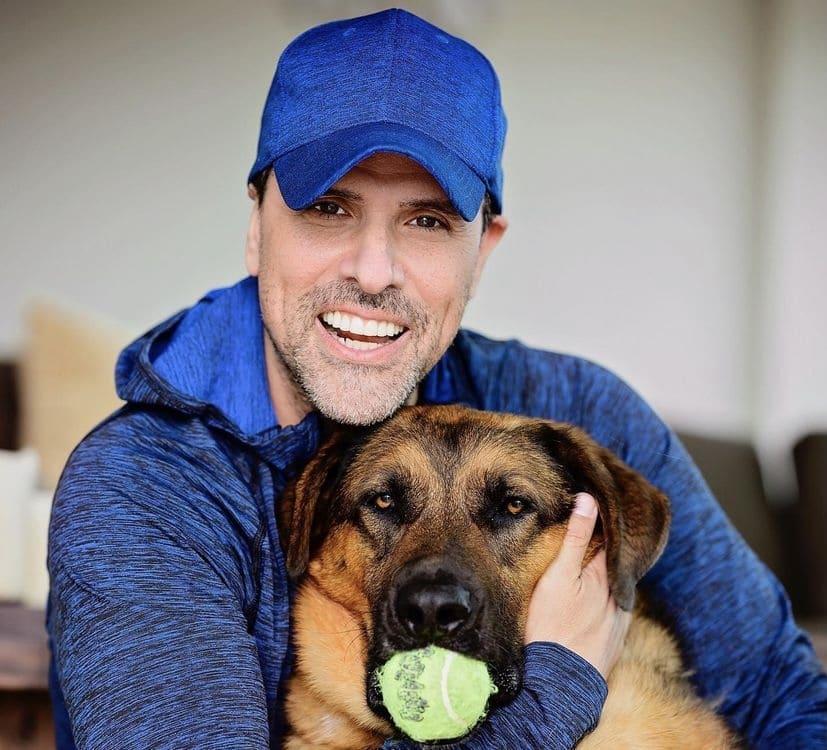Marco Antonio Regil comparte que su perro murió mientras lo llevaba de paseo