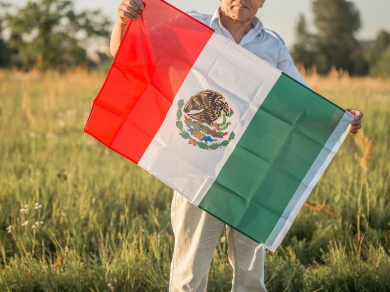 """Usar bandera mexicana quitó """"importancia a ceremonia"""" de graduación, dice escuela 1"""