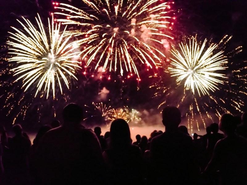 Espectáculo de fuegos artificiales en la ciudad de Burlington
