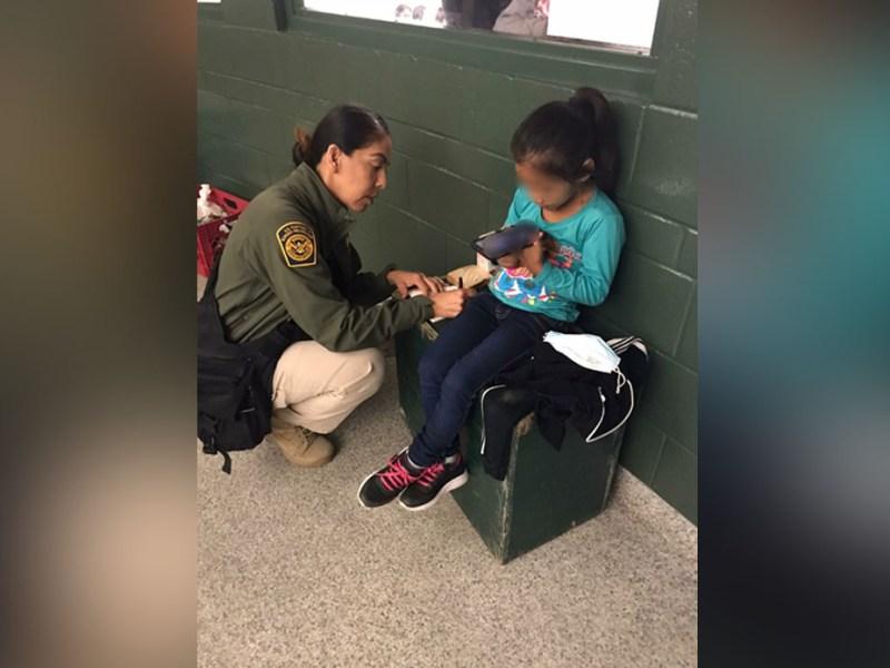 Hallan niña de 5 años abandonada en el muro fronterizo