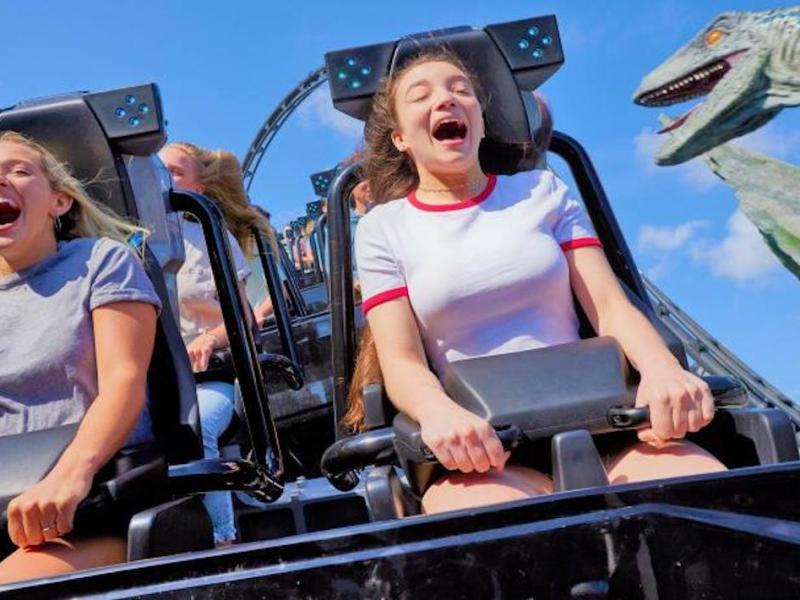 Montaña rusa inspirada en Jurassic World abre en Universal Orlando