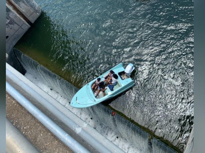 Su bote quedó al borde de caer por represa de Austin, Texas