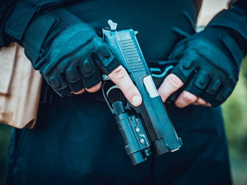 Suspenden a policía tras matar al hombre que enfrentó al pistolero de Colorado