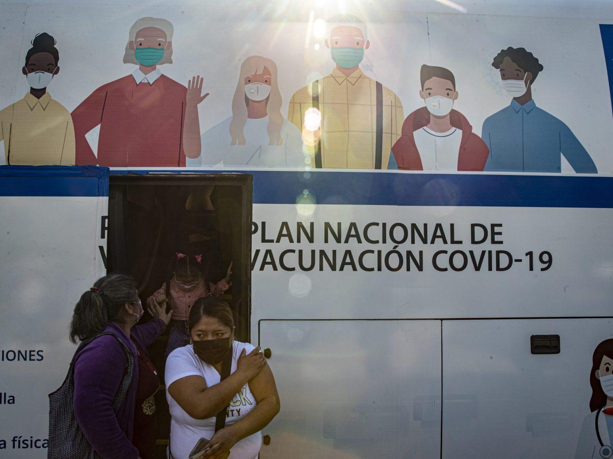 chile-pausa-uso-de-vacuna-de-astrazeneca-en-hombres-adultos