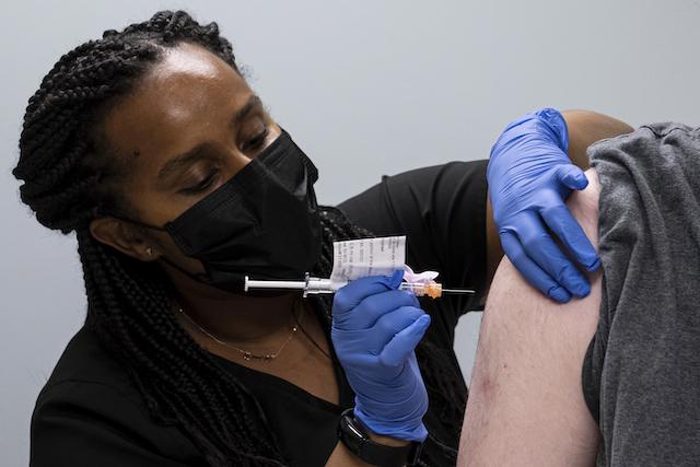 Inmunidad de vacuna COVID-19 podría durar más de lo pensado