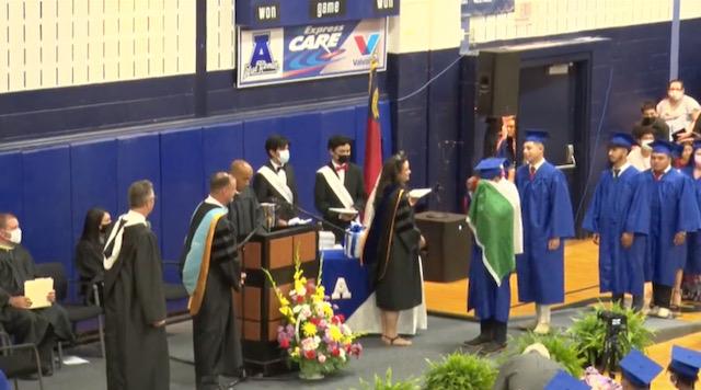 No dan diploma a estudiante por usar bandera mexicana en graduación