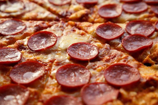 Obligan a jugador comer pizza aun en contra de su religión