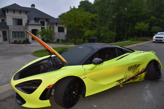 Roban auto de lujo McLaren 720S y lo estrellan