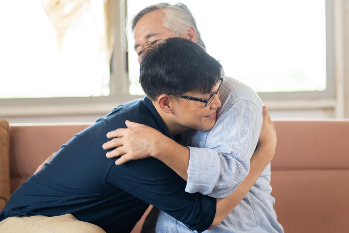Abrazan a su hijo tras 24 años de buscarlo sin descanso